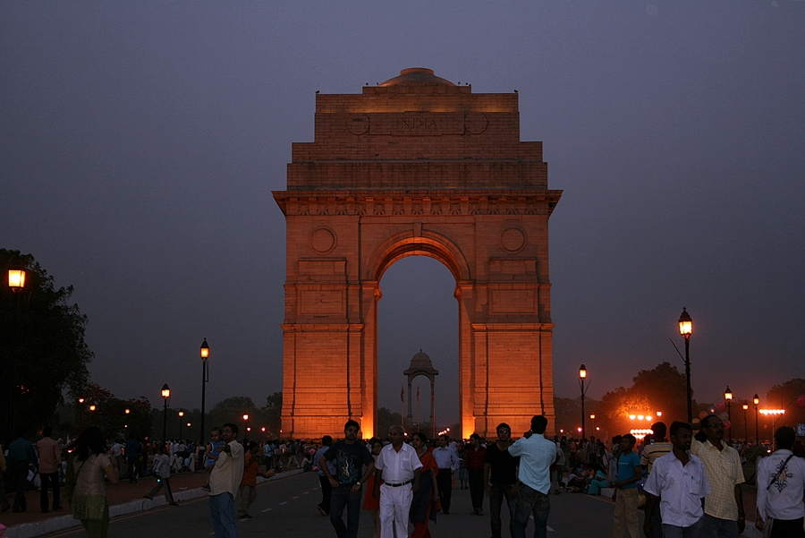 india gate at saturday night
