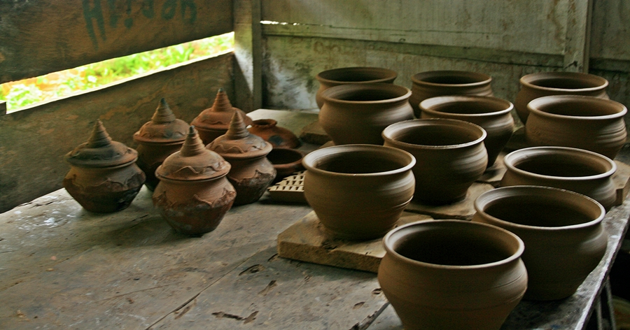 Saparua. ouw village, pottery