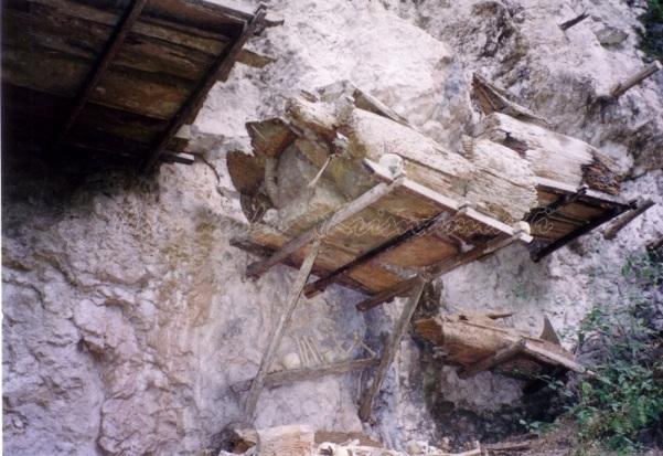 Londa-hanging coffin