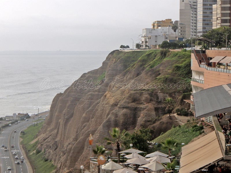 pacific ocean seen from larcomar,lima,peru