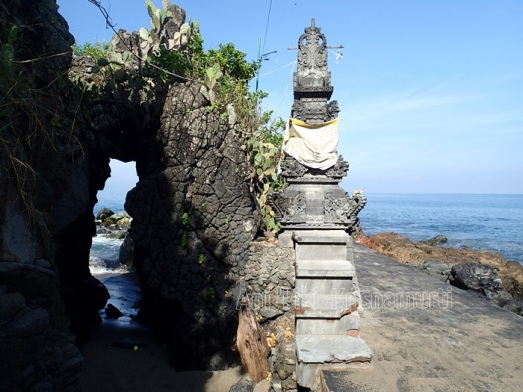 batu bolong temple